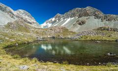 Whitehorn Pass Reflected in Ariels Tarn, Canterbury, New Zealand Stock Photos