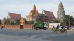 Traffic passes wat Ounalom temple,Phnom Penh,Cambodia Stock Footage