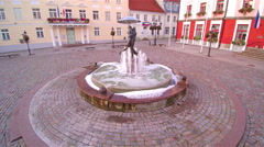 A statue of kissing couples on the fountain Stock Footage