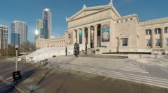 Crane up to Chicago Field Museum w/ cityscape bkg Stock Footage