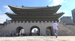 4K Tourits Visit Geunjeongjeon Hall, entrance of Gyeongbokgung Palace, seoul-Dan Stock Footage