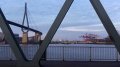 Die Köhlbrandbrücke im Hamburger Hafen - stock footage