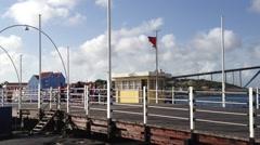 Pontjesbrug Curacao Willemstad gaat open Stock Footage