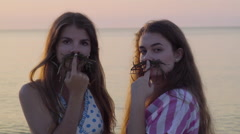 Funny Teens Make Seaweed Mustaches, Pose With Serious Faces, Then Smile/Laugh Arkistovideo
