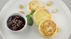 Cottage cheese pancakes with jam (loop) Stock Footage