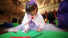 Girl draws felt-tip pens. Stock Footage