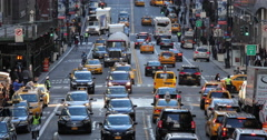 Street traffic and people walking in New York City Arkistovideo