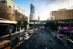 Traffic and modern buildings along Ratchadamri Road, at Siam, Bangkok, Thaila - stock photo