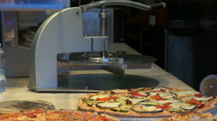 Waitress cutting pizza into slices in venice Stock Footage