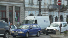 Waiting for the green light in Mihai Viteazu square, Cluj-Napoca Stock Footage