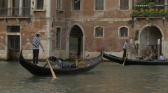 Man paddling a gondola in Venice Stock Footage