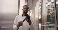 African American businessman walking through city using smart phone Arkistovideo