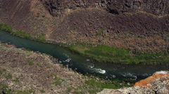 Looking from the Snake River up canyon walls to Idaho plains Stock Footage