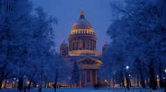 Tourists at night winter park against famous Saint Isaac's Cathedral Stock Footage