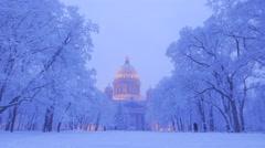 Park lanterns turn on, snowy winter panorama of Isaakievskiy Sobor Stock Footage