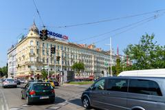Busy Traffic And People On Downtown Streets Of Vienna City Kuvituskuvat