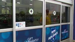 2015 Black Friday shoppers in line at Best Buy. Stock Footage