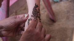 Indian woman draws traditional tracery - mehendi by henna Stock Footage