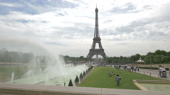 Great view of the Fountain of Warsaw, Trocadero Gardens and Eiffel Tower, Paris Stock Footage