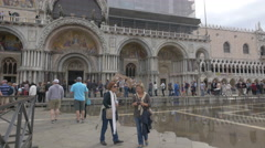 Walking and taking pictures in front of Basilica di San Marco in Venice Stock Footage
