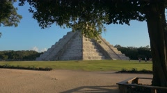 Chichen itza pyramid mexico Stock Footage