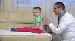 Doctor consulting smiling child, done with you, high five Arkistovideo