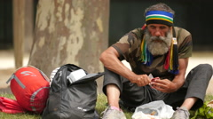 View of a homeless man eating in a park in Paris Arkistovideo