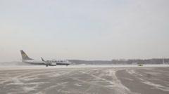 Ryanair moving to runway Stock Footage