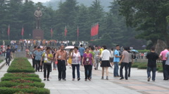 Tourist crowds visit Mao Zedong statue in his birthplace Shaoshan, central China Stock Footage