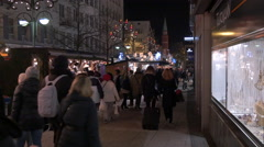 Walking by the street stalls at the Christmas market in Romerberg, Frankfurt Stock Footage