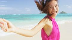 Happy couple on beach running having fun on Hawaii - romantic honeymoon Stock Footage