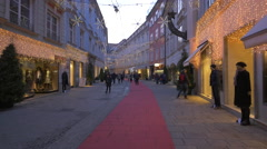 People walking by stores on Stempfergasse on Christmas in Graz Stock Footage