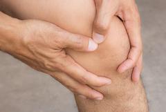 Man with knee pain Kuvituskuvat