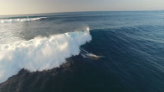 Aerial shot of surfer surfing on big waves in Hawaii Arkistovideo