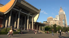 People visit the Sun yat-sen memorial hall in Taipei, Taiwan Stock Footage