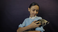 Ferret eats from the hand of the child Arkistovideo