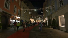 Walking by an Antiquariat on Stempfergasse on Christmas in Graz Stock Footage
