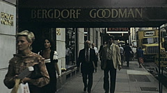 New York 1982: people shopping in Manhattan Stock Footage