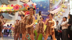 Chinese young people in shopping malls and entertainment Stock Footage