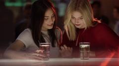 Mädchen im Club spielen auf Handy Stock Footage