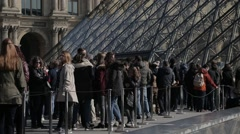 Tourists que outside The Louvre Pyramid (Pyramide du Louvre) - Paris, France Stock Footage