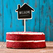 House-shaped chalkboard with the text welhome in a cake Stock Photos