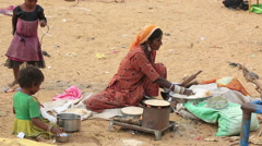 Woman cooks chapati in desert of Pushkar Stock Footage