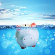 Piggy bank drowning in sea Piirros