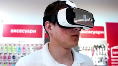 Seller consultant shows the future of virtual reality technology. Stock Footage