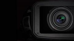 Pro vidéo camera lens & sun visor on black background - pan, transition, Stock Footage