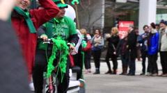 Leprechaun riding bicycle, smiling maskot Stock Footage
