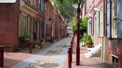 People walks on the oldest street in America - Elfreth Alley Stock Footage