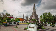 Cloudy day tourist crowded wat arun temple panorama 4k time lapse thailand Stock Footage