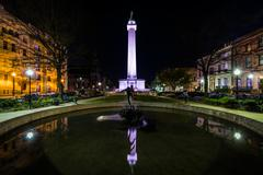 Fountain and the Washington Monument at night in Mount Vernon, Baltimore, Mar Stock Photos